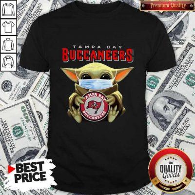 Top Baby Yoda Hug Tampa Bay Buccaneers Shirt