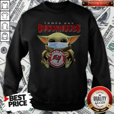 Top Baby Yoda Hug Tampa Bay Buccaneers Sweatshirt